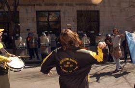Taxistas arrojan huevos contra el palacio comunal