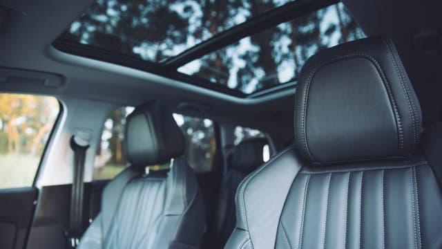 Con techo panorámico corredizo eléctrico, el nuevo 5008 cuenta con tres filas de asientos con un sistema modular que ofrece hasta siete butacas individuales
