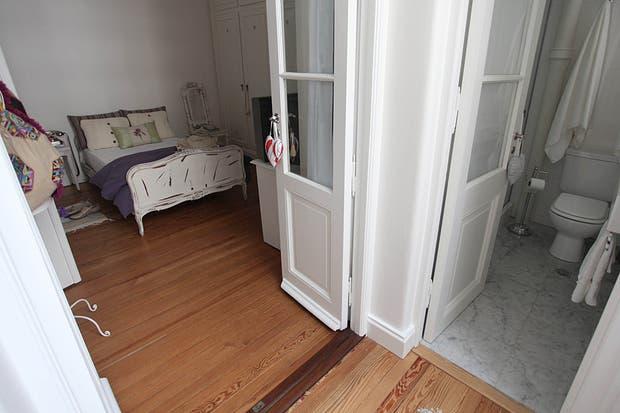Esta imagen permite ver la conexión entre el dormitorio y el baño, que fue completamente restaurado. Entre otras reformas, se reemplazó la original puerta plegadiza de plástico por una antigua, como la de la cocina. Foto: Guadalupe Aizaga