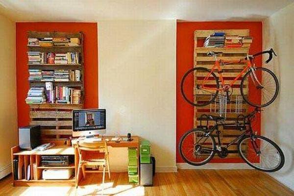 Los pallets pueden servir para colgar tu bici y también para armar una buena biblioteca. Foto: flavors.me