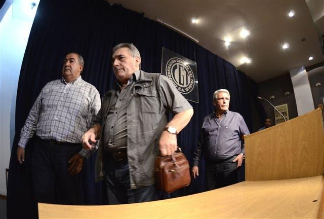 Daer, Schmid y Acuña, ayer, al anunciar la fecha del paro contra Macri en la sede de la CGT