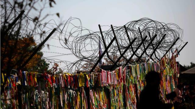 Cintas de oración colocadas por visitantes que desean la paz y la unificación de las dos Coreas
