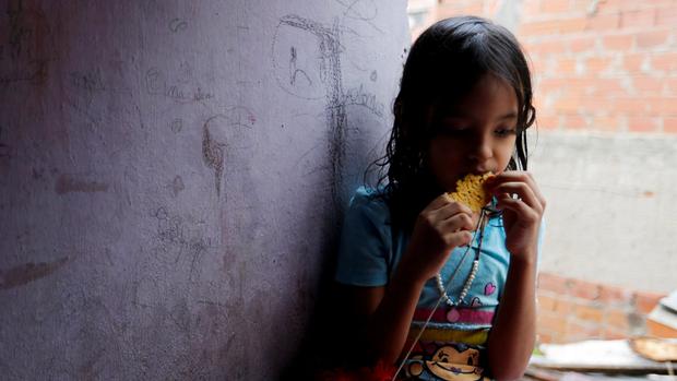 Una chica venezolana del barrio de Petare, en Caracas, angustiada por la crisis