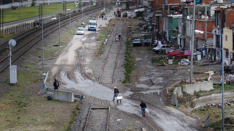 Muchos viven en viviendas con techo de chapa y grietas por donde se cuelan el viento y la lluvia. Foto: LA NACION / Emiliano Lasalvia