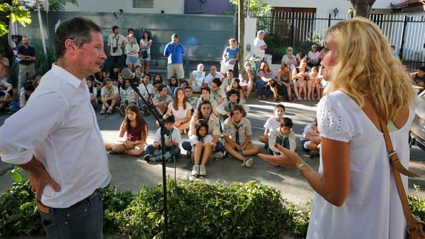 Juan Carr, de Red Solidaria, con los vecinos