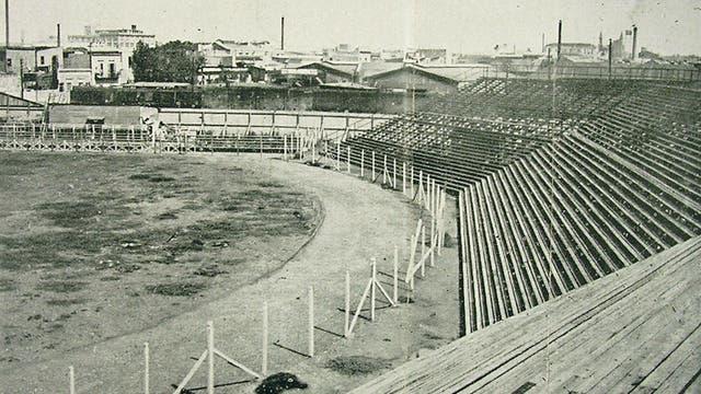 La cabecera norte de la vieja Bombonera de madera, que Boca le entregó a Ferro en 1938 a cambio de Arcadio López y la localía en Caballito hasta que terminen las obras del nuevo estadio