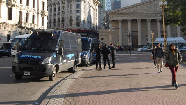 Gran cantidad de policías rodearon la Catedral Metropolitana