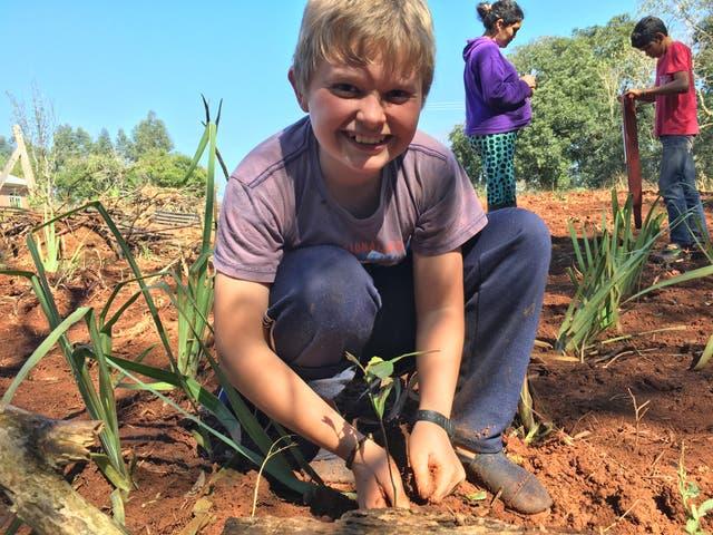Cristian Siqueira, alumno de 6º, en una clase de huerta