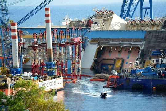 Personal capacitado trabaja en las operaciones para enderezar el crucero Costa Concordia, que encalló hace 20 meses. Foto: AFP
