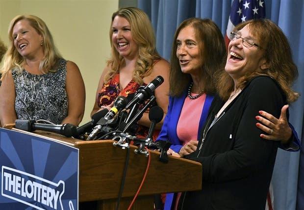 Mavis Wanczyk (a la derecha) en conferencia de prensa en Massachusetts