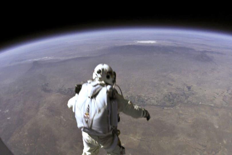 El momento clave en el que Baumgartner sale al exterior de la cápsula, a 39.000 metros de altura