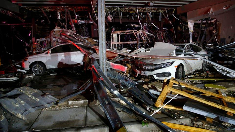 Los autos aplastados por los techos y mampostería. Foto: AP / Sarah A. Miller/Tyler Morning Telegraph
