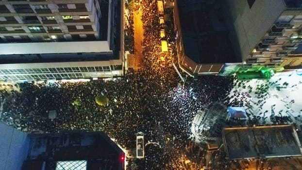 Militantes afuera del teatro. Foto: Defensa Civil