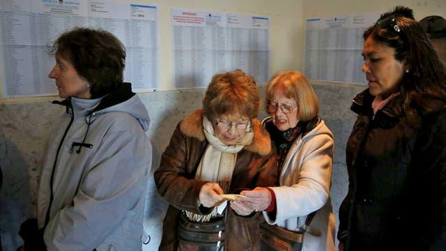 En la escuela Stella Maris varias personas hacen cola para emitir su voto. Foto: LA NACION / Mauro V. Rizzi