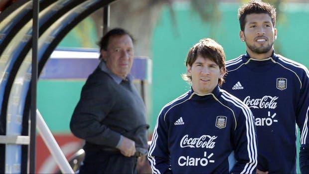 Una postal en el tiempo: Bilardo, en el predio de la AFA, observa a un joven Messi; Garay completa la escena