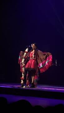 Lila, con traje autóctono y movimientos de ave . Foto: LA NACION