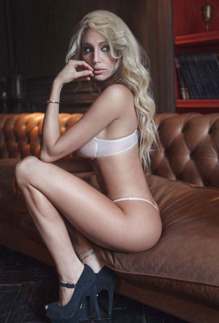 Desnudo en el trabajo del banco