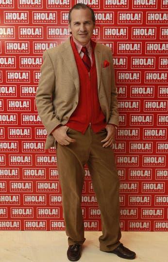Javier Iturrioz, siempre elegantísimo, con un traje beige sobre sweater rojo.. Foto: Fabián Marelli