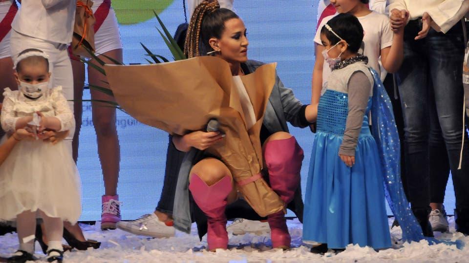 La actriz y cantante saludó a los chiquitos que fueron el público de su show . Foto: LA NACION / Gerardo Viercovich