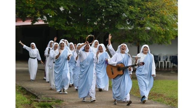 Las monjas hermanas de la Congregación Eucarística del Padre Celestial, actúan durante la grabación de un video musical