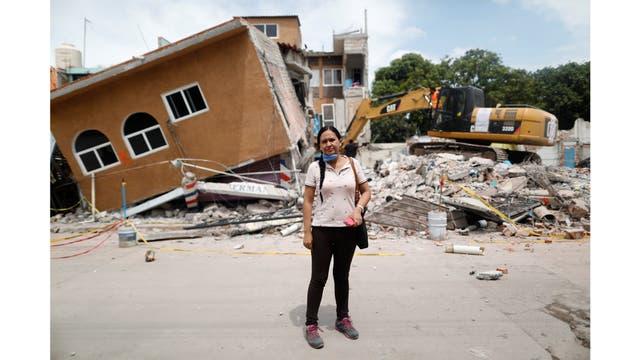 Ana María Hernández, de 37 años, vendedora de ropa, posa para un retrato fuera de su casa cuando es demolida después del terremoto en Jojutla de Juárez