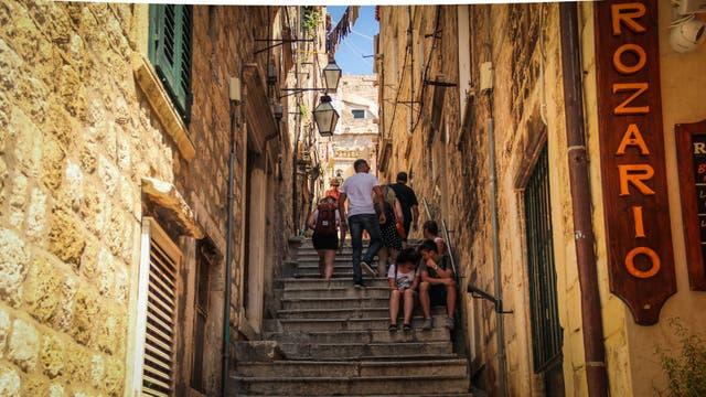 Las callecitas de la ciudad vieja de Dubrovnik invitan a caminar entre ellas y perderse para descubrir sus secretos. Se llamaba Ragusa hasta el siglo XV y la ciudad vieja está protegida por una muralla de dos kilómetros de extensión