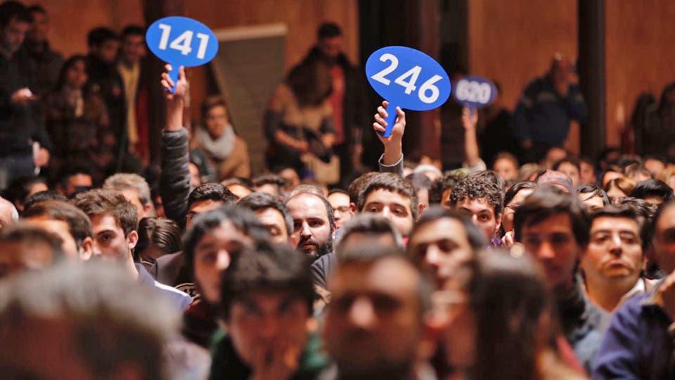 Los participantes levantan sus carteles durante la subastea. Foto: LA NACION / Marcelo Aguilar