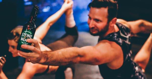 ¿Yoga con alcohol? Esta nueva práctica es furor en Alemania