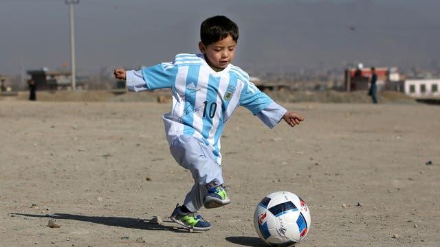 En Febrero, Messi le hizo llegar al niño afgano la camiseta del seleccionado argentino