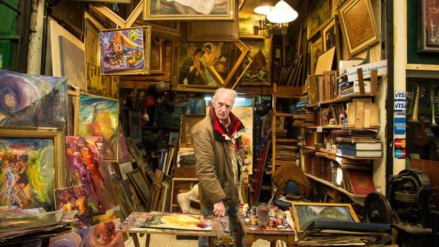 Uno de los locales del mercado vende cuadros y libros usados