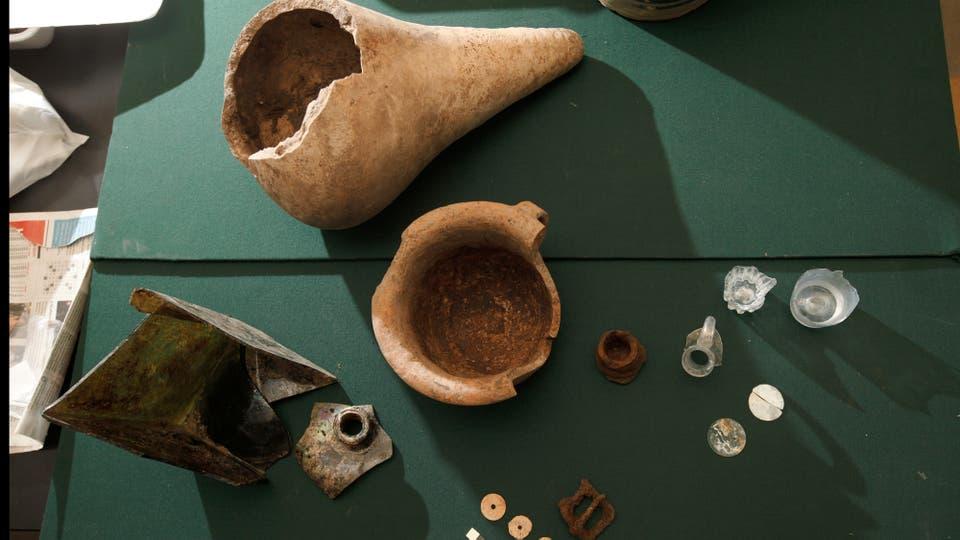 La colección de vasijas, botones de hueso, vasos de vidrio y otros elementos recuperados. Foto: LA NACION / Hernán Zenteno