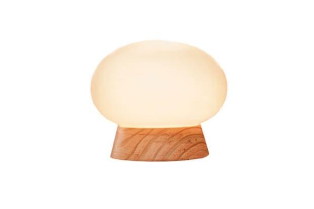 Lámpara de mesa Honguito con base de madera y bulbo de vidrio (Decogallery).  Foto:Living
