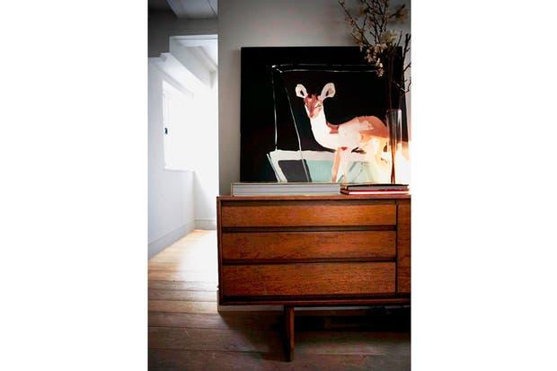 El mueble funciona de base para un cuadro y diferentes libros..