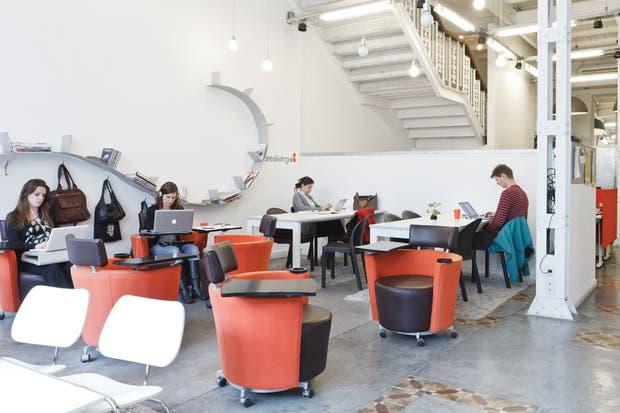 El living donde empresarios y freelancers pueden trabajar e interactuar desde los prácticos silloncitos individuales Hola (todo de Manifesto)..