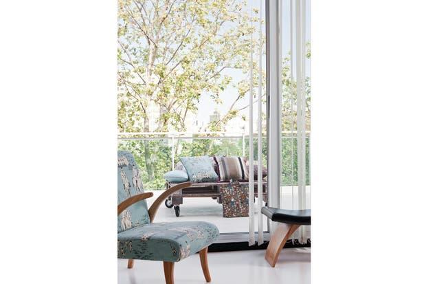 En un rincón de descanso, sillón de madera de paraíso Wood (Boulevard) tapizado con un género de la casa LB..