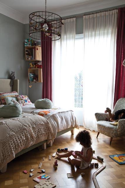 Tapizadas en terciopelo, las camas están vestidas con colchas de tusor. La lámpara de pájaros (todo de Mesopotamia BA) suma al estilo lúdico del ambiente..  Foto:Living /Magalí Saberian