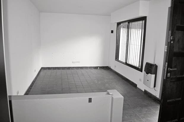 Un ambiente rectangular al que se accedía por una puerta que estaba junto a la ventana. Si bien tenía un buen tamaño, se percibía más pequeño por el color del piso cerámico y las carpinterías con rejas.  Foto:Living