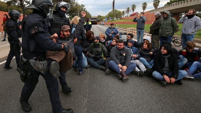 Con huelga, protestas y bloqueos, catalanes exigen liberar a independentistas