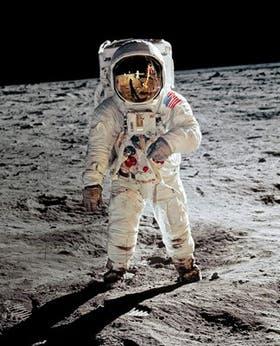 Momento cumbre. Buzz Aldrin camina en el suelo lunar. En 1969, la llegada al satélite conmovió al mundo