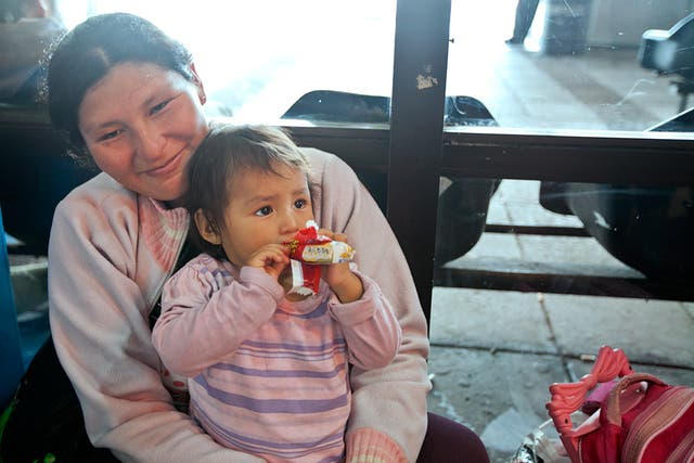 Pastora y una de sus pequeñas tienen pasaje a Bolivia