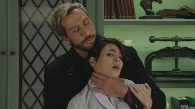 En Los ricos no piden permiso, Marcial (Luciano Cáceres) no quiere que Elena (Agustina Cherry) revele sus secretos