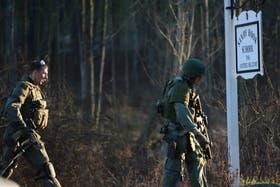 Fuerzas militares llegan a la escuela Sandy Hook, tras el tiroteo