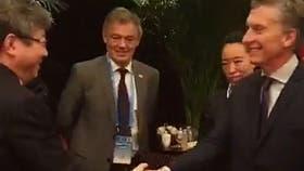 El presidente Mauricio Macri junto al ministro de Producción, Francisco Cabrera y empresarios chinos, en su gira por Asia
