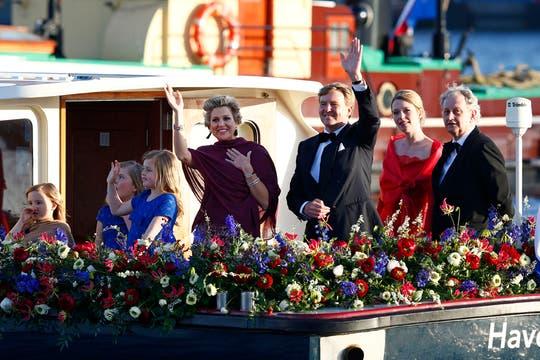 Los reyes de Holanda navegan por el río Ij en una fiesta de música y color. Foto: AP