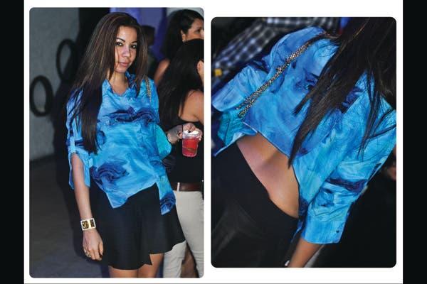 Camisa irregular con estampado marino y falda evasé negra. El azul con negro son un buen duo para las noches de verano. Foto: Lulu Biaus