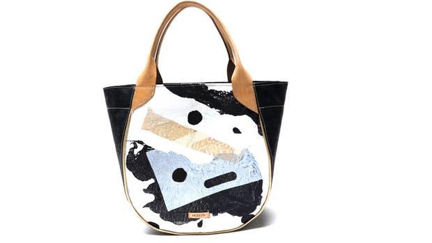 Uno de los modelos fabricados a partir del reciclaje de bolsas de plástico