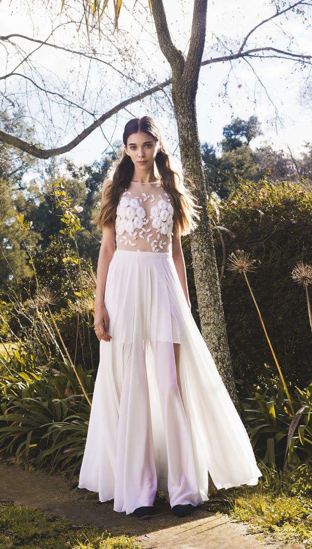 Mila Kartei tiene dos líneas de vestidos, una a medida y otra en base a una colección anual de perchero