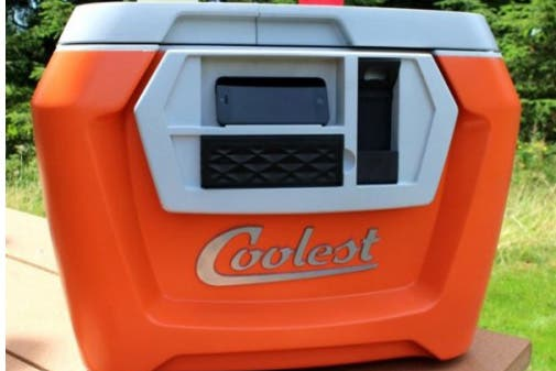 Un picnic es perfecto si tu heladerita tiene compartimientos para separar solidos de hielo y a eso sumale un altavoz bluetooth, un abridor de latas y un cargador de móvil por USB.. Foto: OHLALÁ! /http://regalopedia.es/