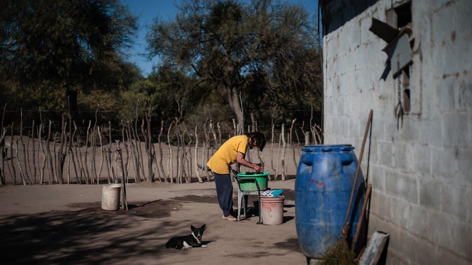 Para poder tener más agua potable juntan el agua de lluvia en enormes tachos de plástico . Foto: LA NACION / Diego Lima