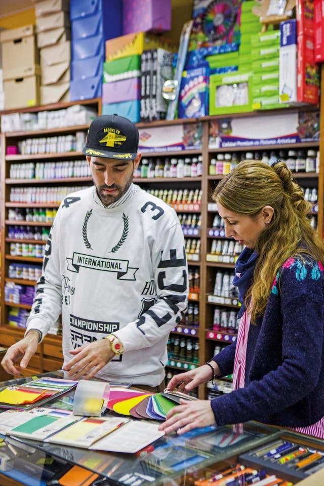 En la librería artística y técnica El Poli de Belgrano, que visita asiduamente porque consigue buenos papeles